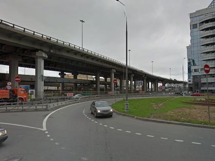 Мост находится на пересечении Тестовской улицы и 3-его транспортного кольца