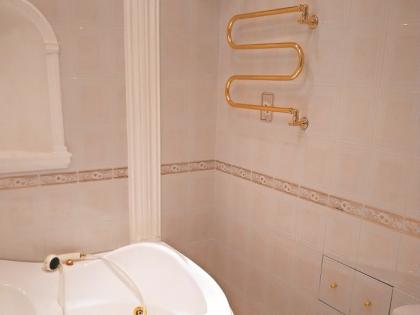 В ванне есть джакузи и полотенцесушитель