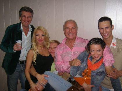 Попов (в центре) с участниками шоу «Танцы со звездами»