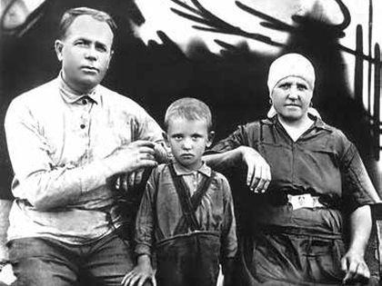 С дедом Пантелеем Ефимовичем Гопкало и бабушкой Василисой Лукьяновной (1937 г.)