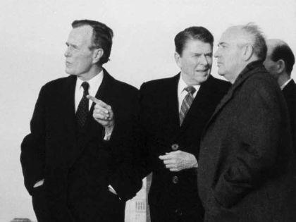 С Джорджем Бушем и Рональдом Рейганом (1988 г.)