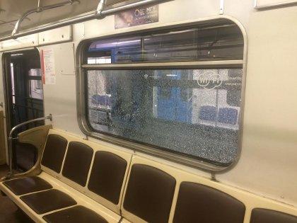 Мужчина разбил окно в поезде, выстрелив из травматического пистолета
