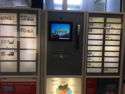 Автомат для бронирования отеля работает на английском языке