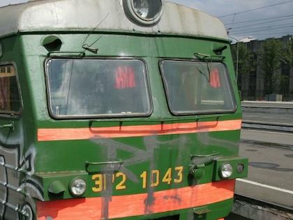 Поезд задел мужчину по касательной, смертельного наезда удалось избежать