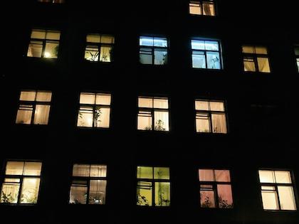 Около пяти часов утра в доме 30, на улице Плеханова, молодой человек выбросился с 10 этажа