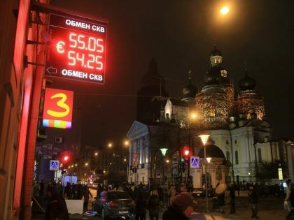 16 декабря из-за решения ЦБ повысить ключевую ставку евро превысило отметку 100 рублей, а доллар — 80 рублей
