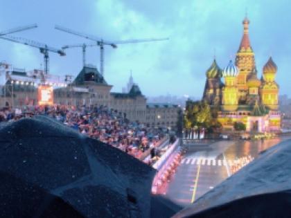 Когда из-за зонтов от обзора остаётся всего ничего, досадно получать в лицо ярким светом от софитов. Фото Алины Правильниковой